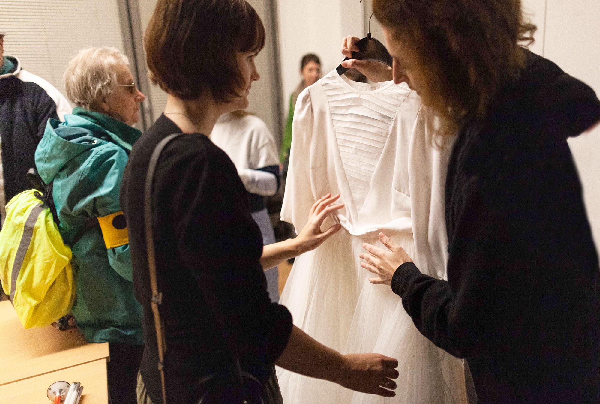 Lavinia ertastet Destemonas Hochzeitskleid