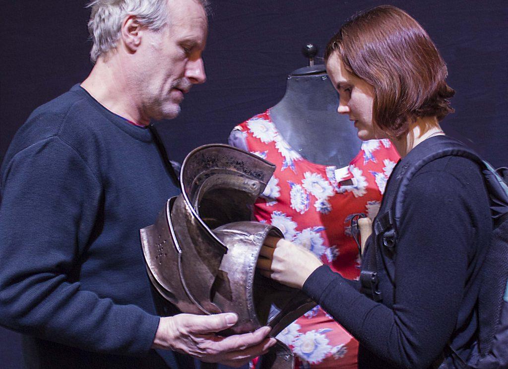 Foto: Christiane Reinsch. Tastführung mit Wolfram Koch, der Lavinia den Ritterhelm zeigt. Hinter ihnen ist das Blumenoberteil von Sancho Panza auf einer Schneiderpuppe zu sehen.