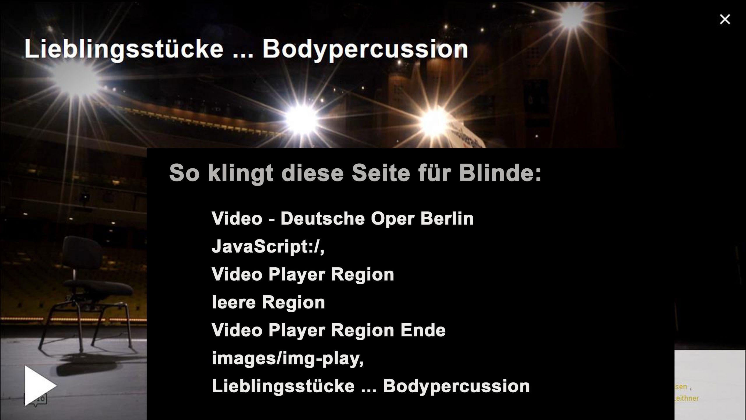 Collage mit Screenshot: So klingt die Seite für Blinde. Das Video der Deutschen Oper hat die Überschrift: Lieblingsstücke… Bodypercussion. Zu sehen ist ein beleuchteter Zuschauerraum von der Bühne aus gesehen. Auf der Bühne stehen ein Stuhl und ein weißes Schild, das jedoch fast nicht wahrgenommen wird, weil im Vordergrund ein schwarzes Rechteck die Sicht versperrt. Der Text: So klingt diese Seite für Blinde: Video - Deutsche Oper Berlin JavaScript:/, Video Player Region leere Region Video Player Region Ende images/img-play, Lieblingsstücke ... Bodypercussion.