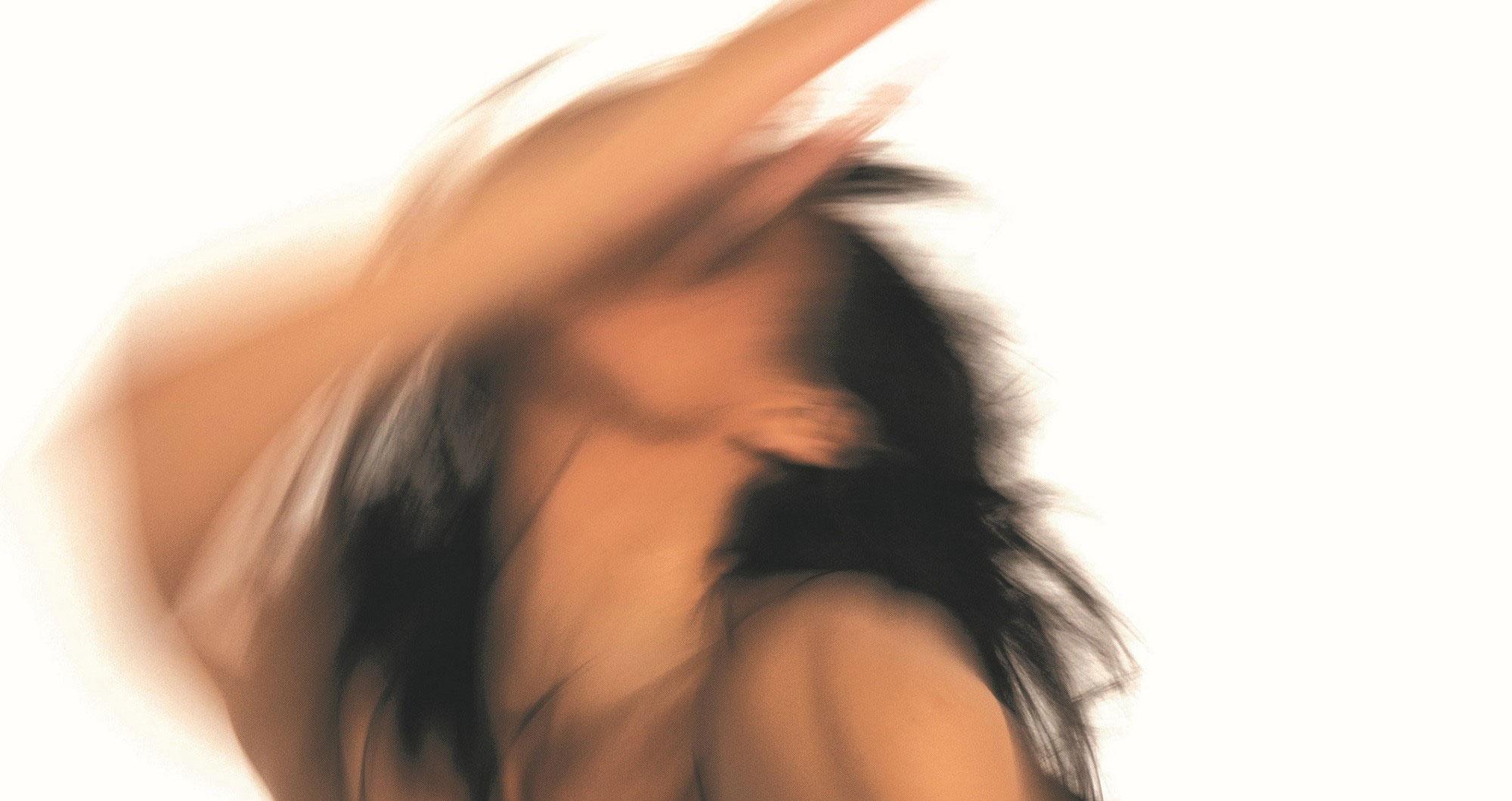 """© Gabriella Fiore. """"It's all forgotten now"""", Kompanie Christoph Winkler in den Sophiensälen. Eine Frau mit langen dunklen Haaren bewegt ihren Kopf und ihren rechten Arm mit schnellen Bewegungen nach oben, sodass eine Bewegungsunschärfe entsteht."""