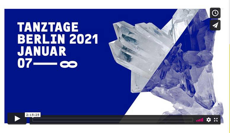 """Screenshot der Vimeo-Zukunftswerkstatt zum Thema Arbeitskultur. Der weiße Schriftzug auf blauem Hintergrund zeigt """"Tanztage Berlin 2021 Januar 07-unendlich. Auf einem diagonal geteilten Hintergrund, der auf der rechten Seite blau, auf der linken Seite weiß ist, sind mittig Bergkristallspitzen angeordnet, die aus der Diagonallinie herauswachsen."""