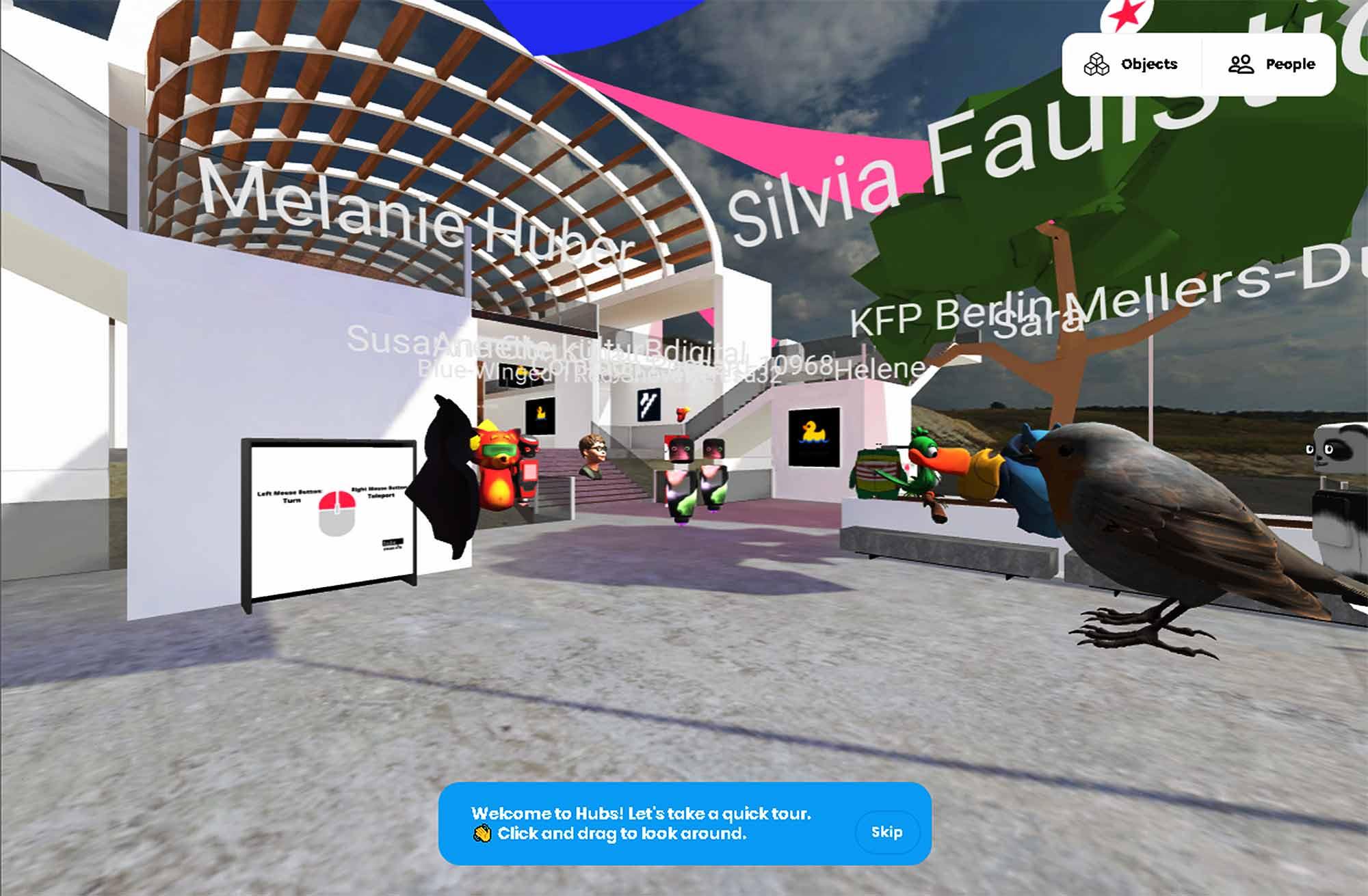 Screenshot hubsmozilla.com: Fantasie- und Tier-Avatare stehen im Kreis auf einem Platz vor einem offenen Eingangsportal mit dem Meer im Hintergrund.
