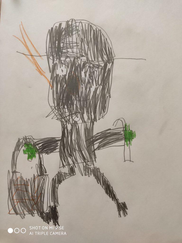 Ein überdimensional-großer ovaler dunkler Kopf mit einem dunklen breitkrempigen Hut sitzt auf einem rechteckigen Oberkörper. Von den Gesichtszügen ist nur ein Auge zu sehen. Die Hände sind grün. In der einen Hand trägt die Figur einen Koffer.