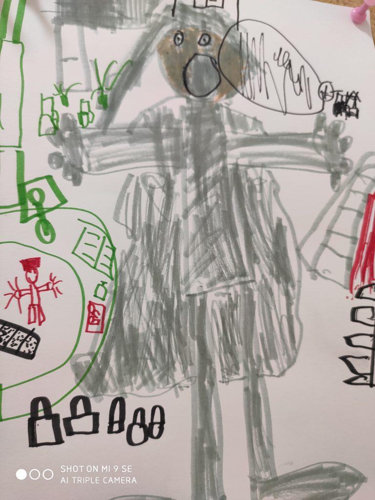 In der Mitte der Zeichnung steht eine graue Gestalt mit etwas dunklerem Gesicht, schwarzen Augen und einem weit geöffneten Mund. Sie hat lange Haare, einen massigen Oberkörper, waagerecht gehaltene Arme und große Füße. Umrahmt wird die Gestalt von kleinen geometrischen Gebilden in grün, rot und schwarz, die teilweise über die Figur gemalt sind.