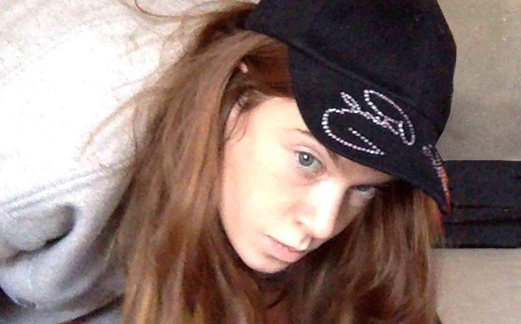 Emmilou Rößling hat eine schwarze Basecap auf dem Kopf und hat