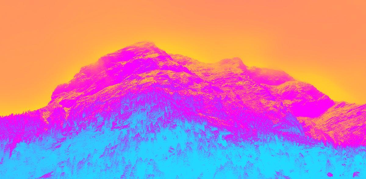 © Jugendtheaterwerkstatt Spandau. Ein Foto von hohen Bergen und Bäumen am unteren Abhang wurde farblich variiert, sodass der Himmel Orange, die Bergspitzen Magenta und die unteren Baumreihen Türkis erscheinen.